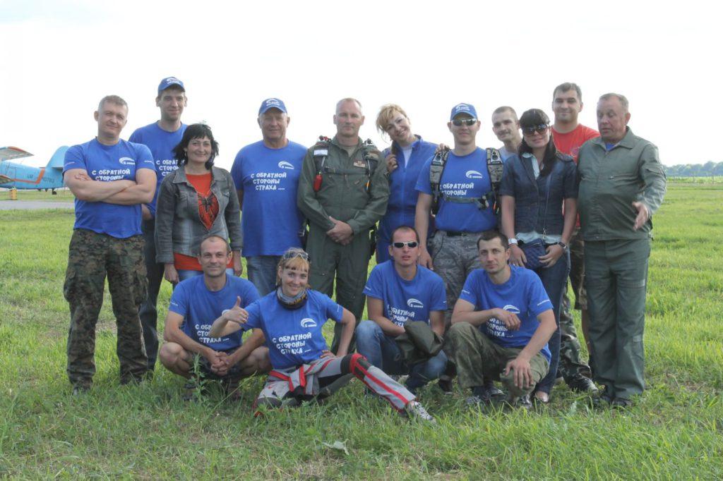 В команде «5 океана» – руководитель полетов, командир парашютного звена, тандем-мастера, воздушные операторы, укладчики, АФФ-инструкторы, медработник…