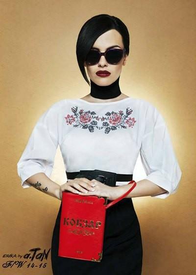 Эрика стала лицом новой патриотической коллекции Андре Тана. В руках - знаковый клатч «Кобзар».