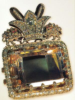 По приказу Нассер-ид-Дина алмаз был помещен на прямоугольную основу 7.2х5.3 см, в окружении 457 мелких бриллиантов и 4 рубинов. Сверху его украшают королевские символы львов и солнца, что подчеркивает арийское происхождение правителей Ирана. По мнению ювелиров, если попытаться вынуть камень из оправы, он может рассыпаться на куски.