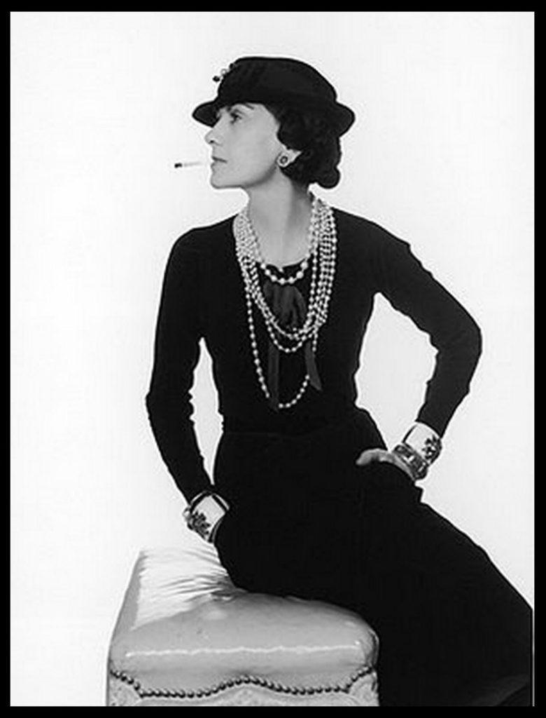 Маленькое черное платье было создано Коко Шанель в 1926 году в память о погибшем возлюбленном. Это было платье из муслина с полукруглым вырезом и длинными узкими рукавами. В плате не было никаких излишеств, оно было без воротничка, пуговиц, шнурков, складок, оборок и бахромы. Длина до середины колена, с длинной нитью искусственного жемчуга.