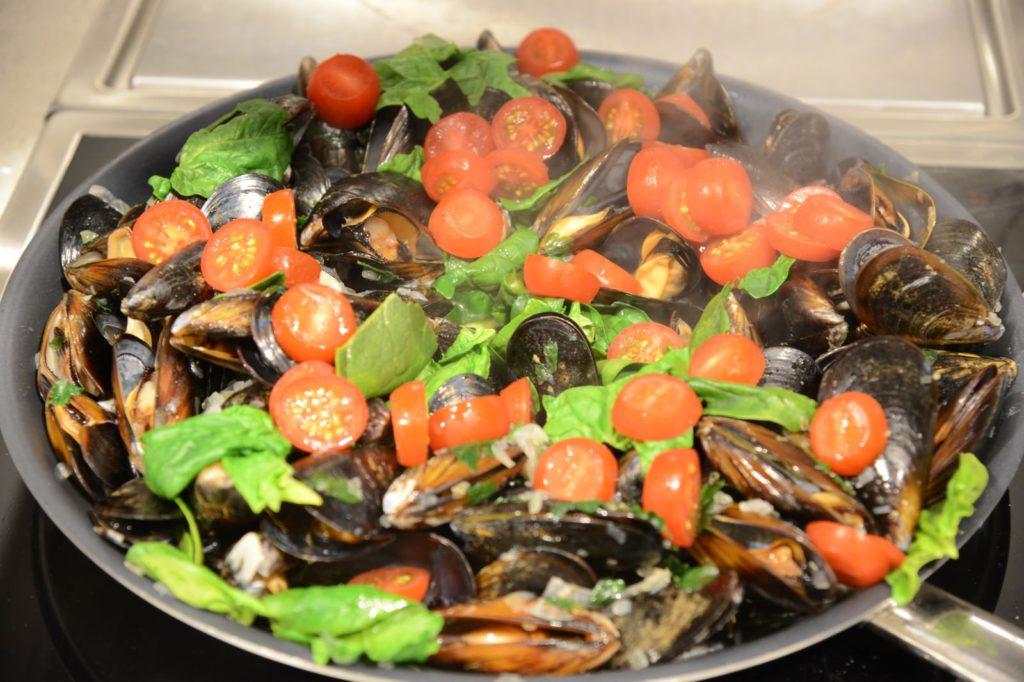Идеальная посуда для приготовления мидий – вок, для которых у Miele есть варочные поверхности со специальными  углублениями.
