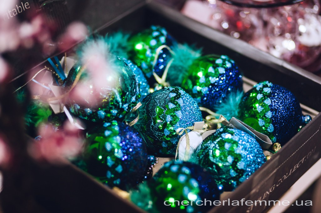 Приобретите игрушки и декор различных культур, сочетайте японские ветки сакур с оленями Лапландии, заснеженными сосульками.  Не забудьте о королеве  бала Овечке!  В этом году она у нас Деревянная. Ее цвета -- синий и зеленый. Используйте все оттенки этих цветов.