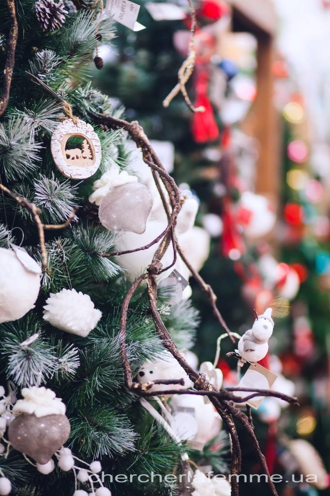 Анна Колесник: -- С каждым годом мы все больше и больше пытаемся впустить природу в наш дом. Можем назвать этот тренд «Больше природы и меньше нас самих». В волшебном стиле мы сочетаем фантазию и поэзию. Используем натуральные материалы, иногда необработанное дерево, вяжем шарфики нашим елочкам и свечам; находим на чердаке и вносим в дом воспоминания в виде дедушкиных деревянных лыж. Наполняем дом запахами веток елок, пихт, сосен, корицы и имбиря.