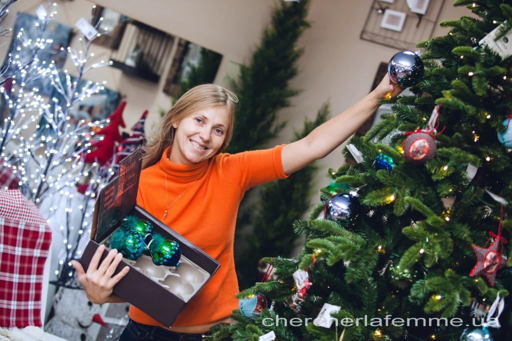 Поэтому мы попросили помочь нам декорировать елку известного киевского  дизайнера Анну Колесник. А еще -- рассказать нам об актуальных тенденциях новогоднего интерьера. И самые интересные советы  Анны предлагаем вашему вниманию.