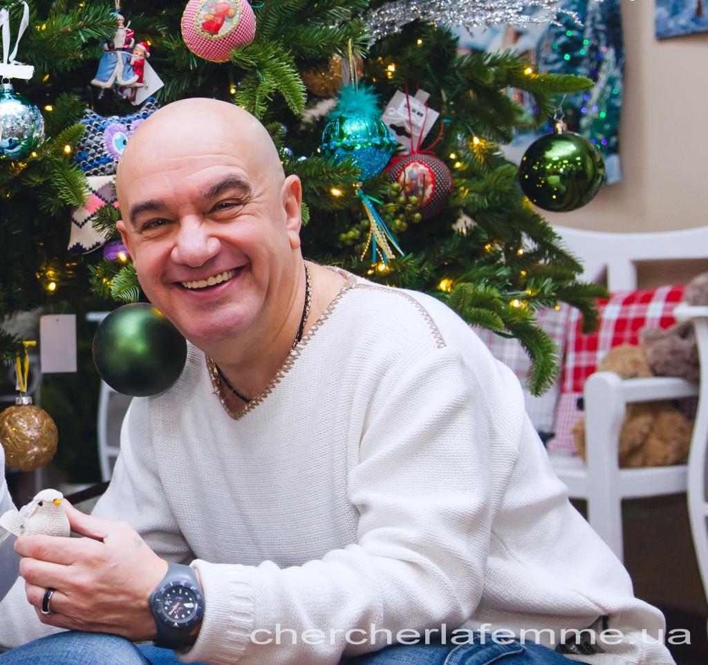 """Дмитрий Оськин: - В канун Нового года я всегда вспоминаю одну трогательную историю. Однажды я «работал Дедом Морозом» на утреннике в интернате для слабовидящих деток. Отработал утренник, сфотографировался. И уже почти вышел, когда  слышу: """"Дедушка Мороз, а поцеловаться?!"""" Оглядываюсь, а меня зовет девчушка в огромных толстенных линзах. Я быстро возвращаюсь, беру ее на руки, а она мне на ухо шепчет: """"Я хочу видеть, пожалуйста!"""" И сегодня хочу сказать всем-всем: нельзя опускать руки! Каждый на своем месте может подарить незнакомцу немного чуда, добра и тепла. От этого становится всем теплее. Мы сейчас очень все запутались, только любовь и внимание друг к другу спасут нас."""