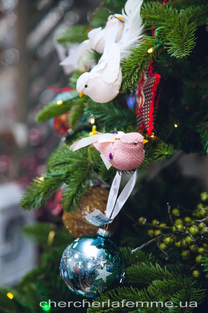 Инна Мирошниченко: - Мы хотели сделать елку, которая всем своим видом говорила бы о мире. Поэтому решили, что на ней обязательно должно быть много-много белых голубей – голубей мира!