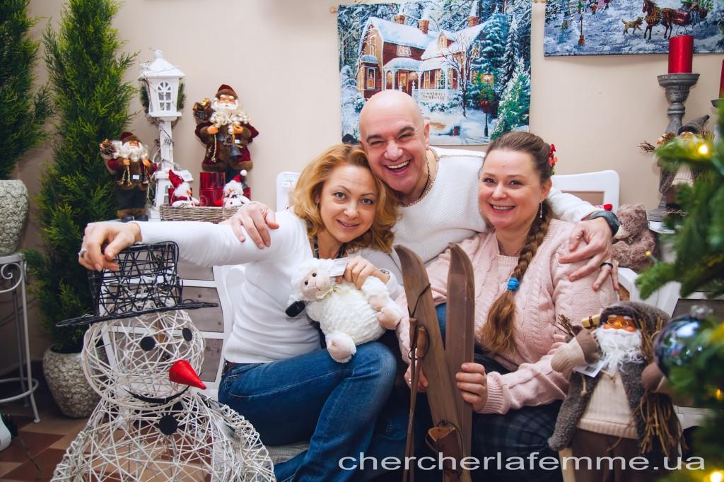 """Оказывается, это так интересно - наряжать елку с друзьями! Это уже маленькая репетиция новогоднего веселья... На друзьях можно опробовать героев """"новогоднего сценария""""!"""
