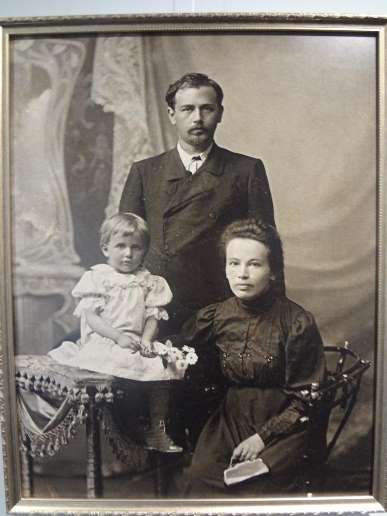 Н. Леонтович с женой и дочерью