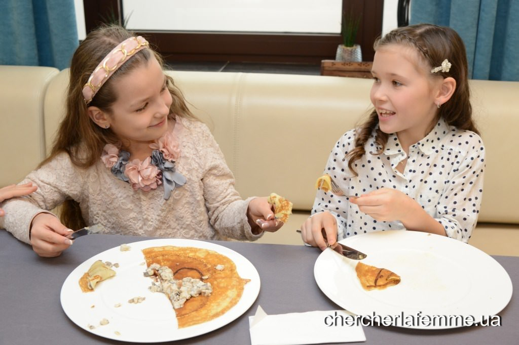 София: Какие у тебя вкусные блинчики получились… Соня: А у тебя еще вкуснее!