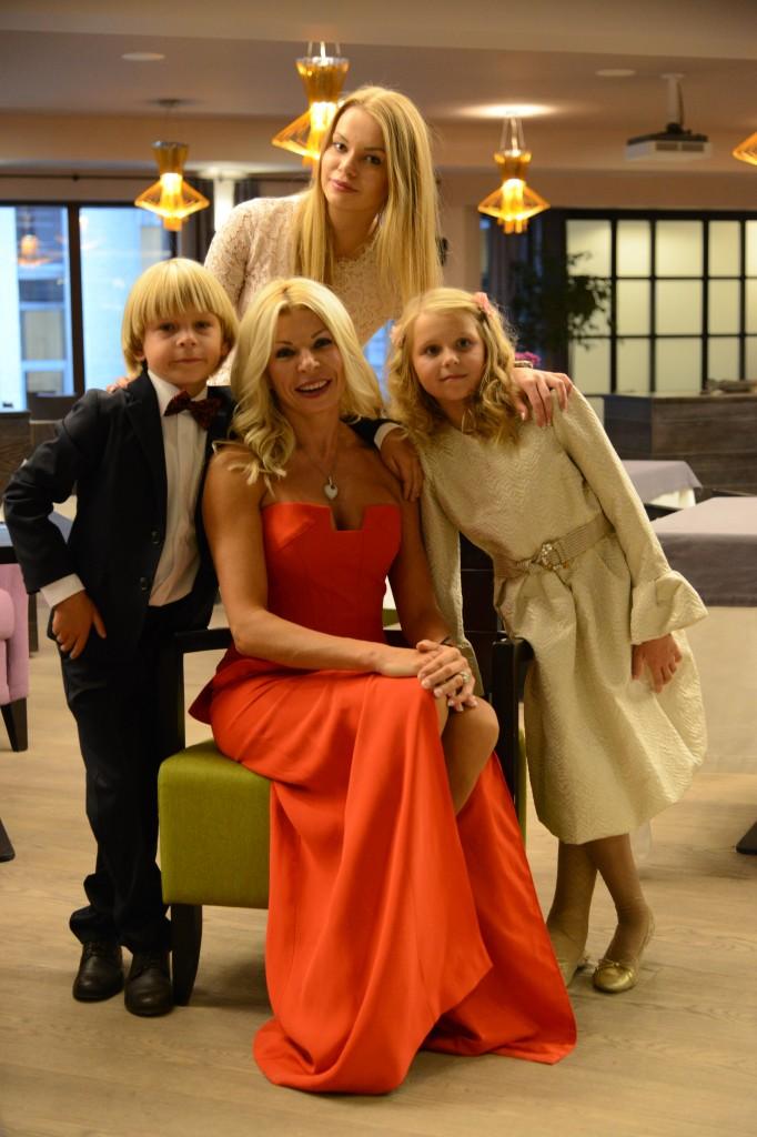 Лора Гарбарук с детьми Ольгой, Артуром и Даниэлой
