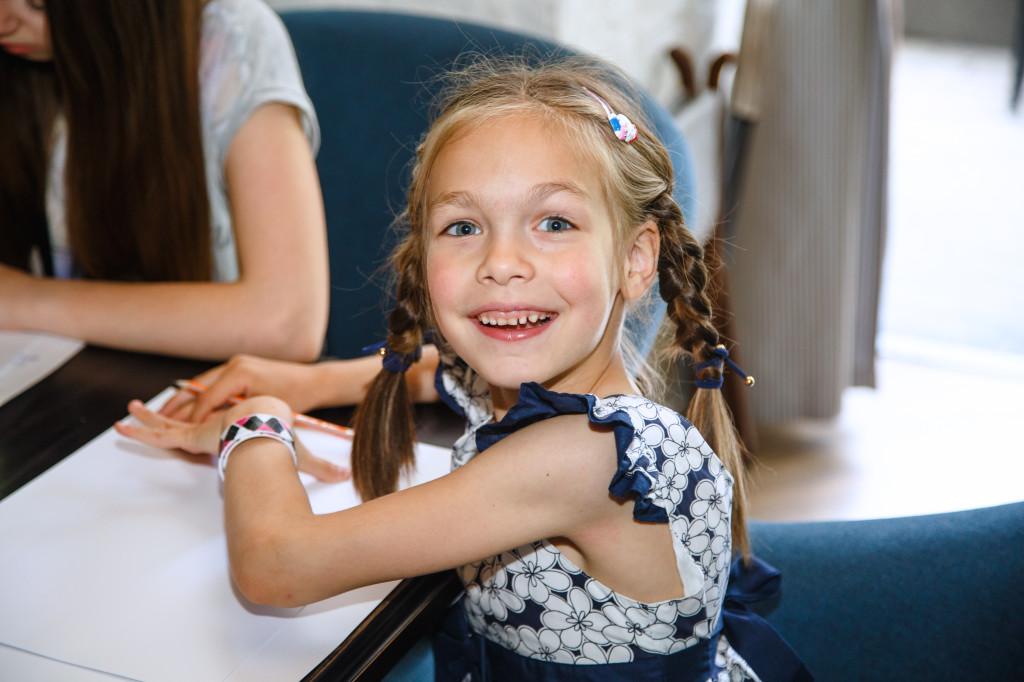 Аня Дугельная, 5 лет,  мечтает о кошке, а в свободное время занимается бальными танцами, рисует и лепит из пластилина..
