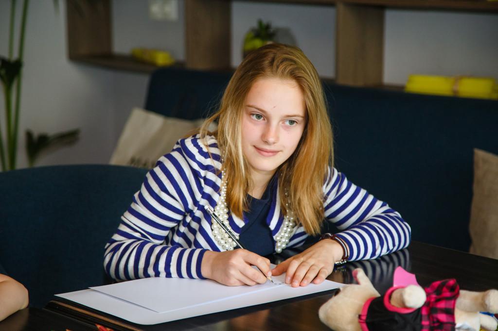 Арина Калашник, 10 лет, здорово рисует и умеет позировать перед камерой, как настоящая топ-модель.
