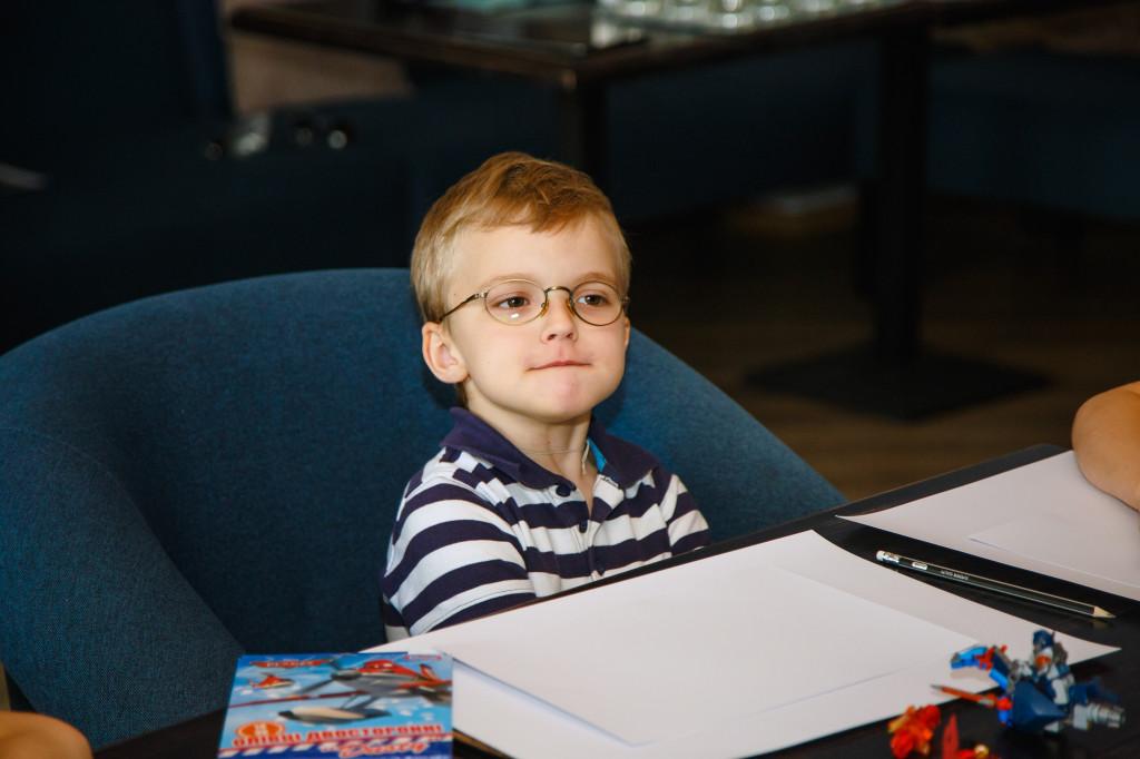 Никита Левицкий, 7,5 лет, любит играть на компьютере, собирать роботов, а в перерывах - есть сладости.