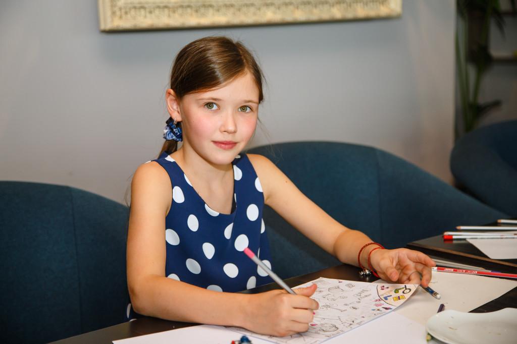 Соня Деревянко, 10 лет, чудесно поет, одинаково виртуозно играет на фортепиано и в теннис, и любит кататься на сигвее.
