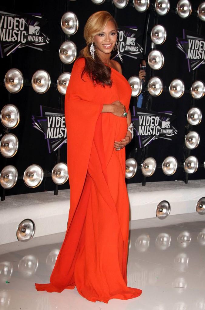 На красной дорожке MTV Video Music Awards-2011 Бейонс сообщила журналистам, что носит под сердцем ребенка, о котором давно мечтала. Свое сокровище певица оберегала под платьем Lanvin (Elbaz). Вскоре у нее родилась дочь Блю Айви .